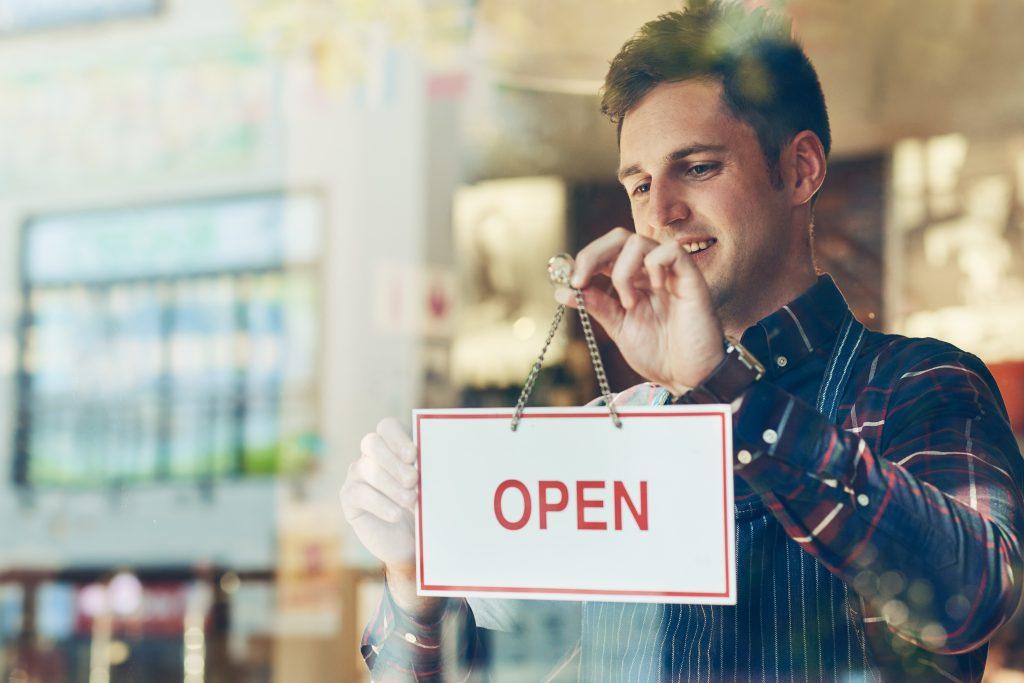 Starten Sie mit geringem Risiko in die Selbstständigkeit. Die nötigen Bausteine für ein erfolgreiches Geschäftsmodell bietet das für Sie richtige Franchise System.